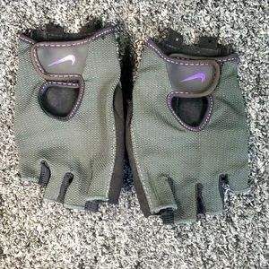 EUC Nike Fitness Weightlifting Gym Gloves Gray and Purple XS